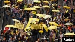 2015年2月1日抗议者携带象征占中的黄雨伞在香港一条街上游行