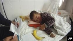 甘肃庆阳车祸中幸存的一名男孩躺在病床上