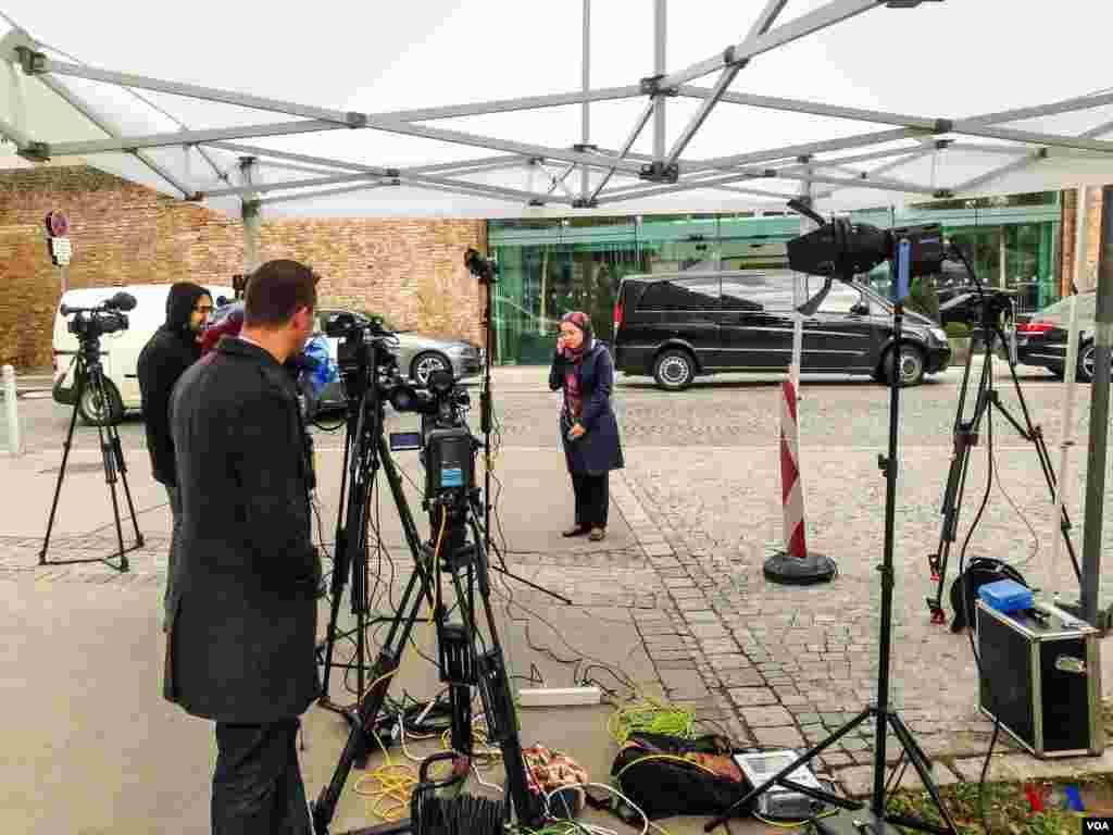 جایگاه خبرنگاران در مقابل هتل محل برگزاری مذاکرات هستهای ایران و گروه ۱+۵، وین، اتریش