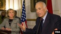 Clinton llega a Túnez desde Egipto, donde se encontró con el ministro de Asuntos Exteriores egipcio al-Arabi.