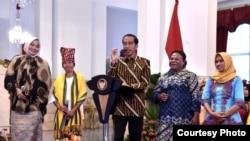 Presiden Jokowi berdialog dengan perwakilan aktivis perempuan di Istana Negara, Jakarta, Rabu (6/3) (Foto: Biro Pers Sekretariat Presiden).