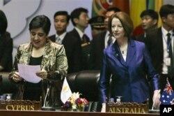 Thủ tướng Gillard (bên phải)