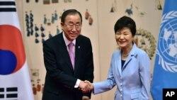 ကုလသမဂၢအတြင္းေရးမွဴးခ်ဳပ္ Ban Ki-moon နဲ႔ ေတာင္ကိုရီးယားသမၼတ Park Geun-hye။