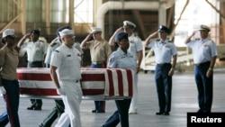 지난 2007년 4월 미국 하와이 힉컴 공군기지에서 미군들이 북한에서 발굴된 한국전 참전 미군 유해를 운구하고 있다. (자료사진)