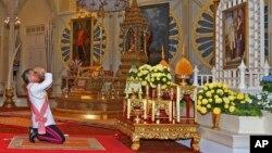 Tân vương Maha Vajiralongkorn Bodindradebayavarangkun bày tỏ lòng kính trọng đối với đức vua quá cố Bhumibol Adulyadej và Hoàng hậu Sirikit, ngày 1 tháng 12 năm 2016.