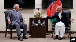 Le secrétaire d'État Rex Tillerson, à gauche, parle au président afghan Ashraf Ghani, le 23 octobre 2017, à Bagram Air Field.