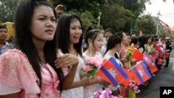 Women hold Cambodian and Chinese flags for welcoming Chinese President Hu Jintao in front of the Royal Palace in Phnom Penh, Cambodia, March 31, 2012.