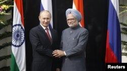 俄羅斯總統普京訪問印度﹐與總理辛格握手