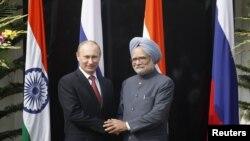 ທ່ານ Vladimir Putin ປະທານາທິບໍດີຣັດເຊຍ ຈັບມືກັບທ່ານ Mohmohan Singh ນາຍົກລັດຖະມົນຕີອິນເດຍ ກ່ອນເລີ້ມຕົ້ນ ພົບປະກັນ ທີ່ເຮືອນພັກຂອງນາຍົກລັດຖະມົນຕີ ອິນເດຍ ຢູ່ນະຄອນຫລວງນີວແດນລີ ໃນວັນທີ 24 ທັນວາ 2012 REUTERS/Mustafa Quraishi/Pool (INDIA - Tags: POLITICS)