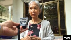 Chea Vannath, an independent political analyst, speaks with VOA Khmer's Sok Khemara, at her home, on Wednesday October 21, 2015. (Photo: Sok Khemara/VOA Khmer)
