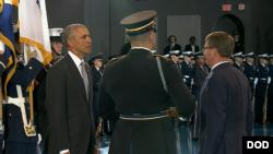 奧巴馬總統2017年1月4日接受軍禮致敬(美國國防部照片)