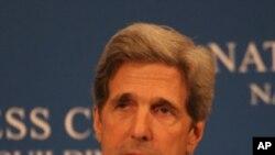 Le sénateur John Kerry a présenté le nouveau projet de loi sur l'énergie et le climat avec son collègue indépendant Joe Lieberman