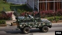 El ministro de Defensa, Gerard Longuet, dijo que las autoridades están considerando una evacuación masiva de Costa de Marfil donde continúa la violencia.