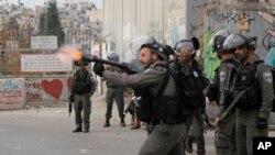 Izraelske snage bacaju suzavac na palestinske demonstrante