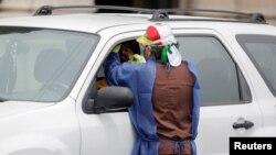 Hasta la fecha, el público hace largas filas en sus vehículos para someterse a la prueba regular del coronavirus, cuyos resultados tardan varios días.
