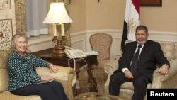 지난 24일 미국 뉴욕에서 회담한 힐러리 클린턴 미국 국무장관(왼쪽)과 모하메드 무르시 이집트 대통령.