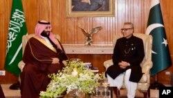임란 칸 파키스탄 총리(오른쪽)와 모하마드 빈 살만 사우디 왕세자가 18일 파키스탄 수도 이슬라마바드 대통령궁에서 만나 회담하고 있다.