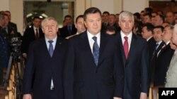 Виктор Янукович в окружении бывшего и нынешнего министров обороны Украины