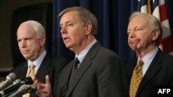 Từ trái: Thượng nghị sỹ John McCain, Thượng nghị sỹ Lindsey Graham và nghị sỹ độc lập Joe Lieberman