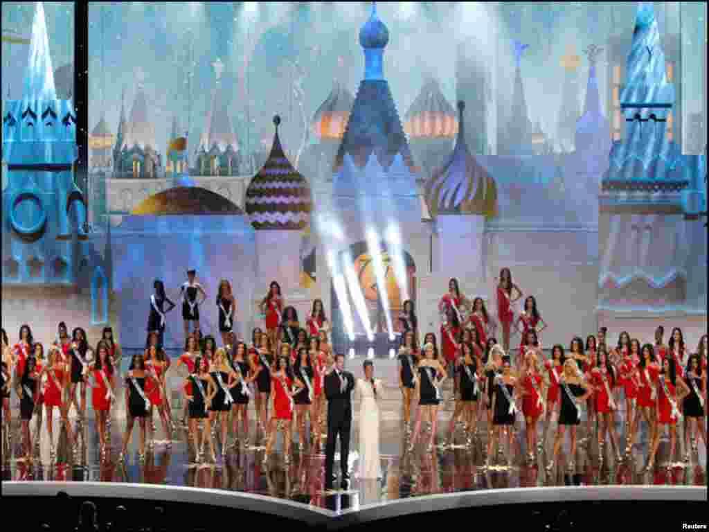 روس: ماسکو میں ہونے والی ایک پروقار تقریب میں 'مس یونیورس' کے نام کا اعلان کیا جا رہا ہے