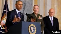 ولسمشر اوباما د ملي استخباراتو د ریْس جیمس کلپر (راسته لاس) او د امریکا د لوی درستیز جنرال جوسف ډنفورډ په حضور کې د وینا پرمهال