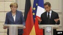 Thủ tướng Ðức Angela Merkel (trái) và Tổng thống Pháp Nicolas Sarkozy mở cuộc họp báo chung tại Ðiện Elysée, ở Paris hôm 16/8/11