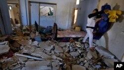 Seorang pria mengambil barang-barang yang tertinggal dari rumah Hamza Abu el-Heija, yang tewas terbunuh saat Militer Israel menyerang kamp pengungsi di Jenin, Tepi Barat (22/3).