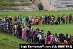 Para pengungsi antre di Stadion Manakarra setelah gempa bumi kuat mengguncang Mamuju, Sulawesi Barat, Minggu, 17 Januari 2-21. (Foto: Sigid Kurniawan/Antara via Reuters)