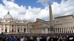 成千上万的信徒2012年4月8日在梵蒂冈圣彼得广场庆祝复活节,聆听教宗讲话