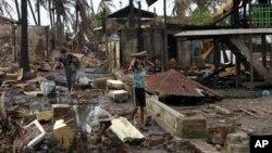Dua orang warga membawa material dari bangunan yang hancur pasca bentrokan antar Muslim Rohingya dan pemeluk agama Budha, Rakhine di Sittwe, ibukota negara bagian Rakhine, Burma (Foto: dok). Kelompok HAM menyerukan tindakan untuk mengakhiri kekerasan di wilayah ini.