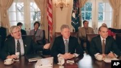 1995'te federal hükümetin kapanması sırasında dönemin Demokrat Partili Başkanı Bill Clinton, sağ yanında Temsilciler Meclisi'nin Cumhuriyetçi Partili Başkanı Newt Gingrich ve sol yanında Senato'nun Cumhuriyetçi Parti Grup Başkanı Bob Dole ile