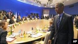Le président Obama prenant place au sommet du G8 de Deauville