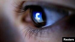Hình ảnh minh họa một người đang truy cập Facebook.