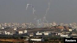 Kepulan asap terlihat menandai serangan roket dari Gaza ke arah Israel (11/11). Dilaporkan sedikitnya 110 roket telah mengenai kota-kota Israel dalam babak terbaru pertempuran Palestina-Israel yang mulai pekan lalu.