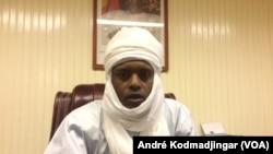 Abdoulaye Sabre Fadoul, ministre-secrétaire général du gouvernement et président du comité technique du haut comité des réformes institutionnelles à N'Djamena, Tchad, 13 juin 2017 (VOA/André Kodmadjingar)