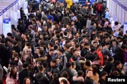 在辽宁省沈阳市某高校举行毕业生招聘活动。(2019年3月21日)