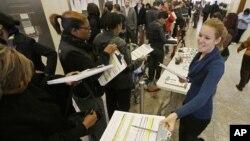 Para pemilih dalam pemilihan awal di negara bagian Indiana (5/11). (Foto: AP)