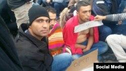 عکس ارسالی از یکی از مهاجرانی که لب خود را به اعتراض دوخته است.