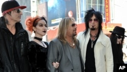 De izquierda a derecha, Tommy Lee, una mujer no identificada, Vince Neil, Nikki Sixx y Mick Mars, miembros del grupo Motley Crue.
