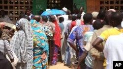 Des électeurs font la queue devant un bureau de vote, lors des élections à Bangui, en République centrafricaine, le mercredi 30 décembre 2015.