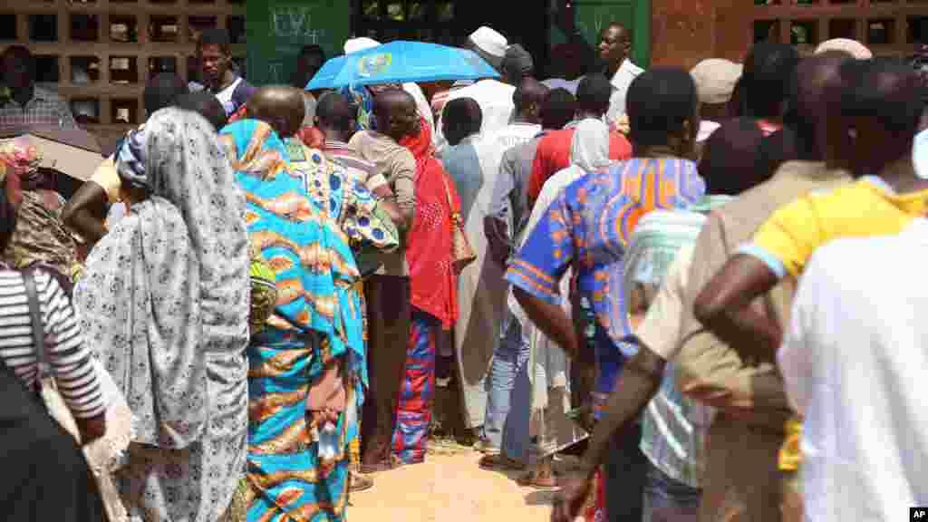 Les Centrafricains font la queue pour voter, lors des élections à Bangui, en République centrafricaine, le mercredi 30 décembre 2015. (AP Photo / Hervé Serefio Diaspora).