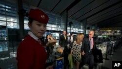 2013年4月11日,加州州长杰里•布朗和夫人抵达北京南站,搭乘高速列车离开北京前往上海。