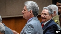Cuba ႏိုင္ငံ သမၼတသစ္ျဖစ္လာမယ့္သူလို႔ လ်ာထားခံထားရတဲ့ Miguel Diaz-Canel ကို လက္ရွိသမၼတ Raul Castro နဲ႔အတူ ေတြ႕ရစဥ္