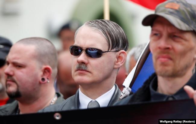 Sağ Parti'nin Duisburg'daki yürüyüşüne Hitler saç kesimiyle gelen bir Hollandalı (1 Mayıs 2019)