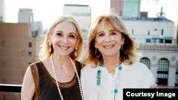 Hai chị em sinh đôi Joan Friedman (trái) và Jane Friedman đã được mọi người coi như những ngôi sao vào thời điểm sinh đôi chưa trở nên phổ biến