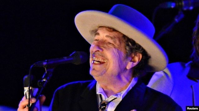 U.S. musician Bob Dylan performs during on day 2 of The Hop Festival in Paddock Wood, Kent, Britain, Jun. 30, 2012.