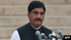 Bharatiya Janata Party (BJP) leader Gopinath Munde takes the oath of office during a swearing-in ceremony for new Indian Prime Minister Narendra Modi and his council of ministers in New Delhi, May 26, 2014.
