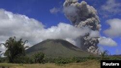 Gunung api Lokon yang terletak di Tomohon, provinsi Sulawesi Utara saat meletus pada tanggal 2 Februari 2013 lalu (foto: dok).