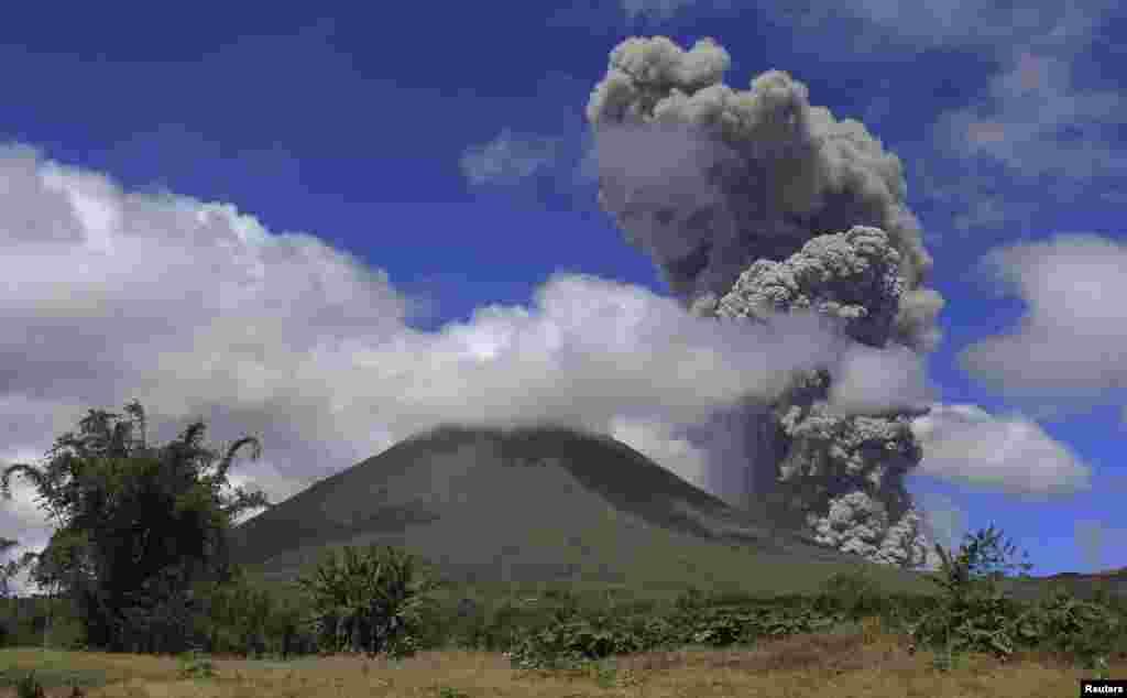 El monte Lokon en Tomohon, Indonesia lanza ceniza.