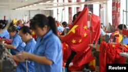 中国工人在浙江省嘉兴一家工厂生产国旗。(2019年9月25日)